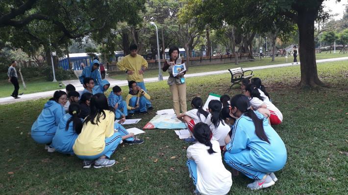 圖13、五常國中的環境教育課程是由榮星花園公園生態守護志工隊在現場進行生動活潑的解說。