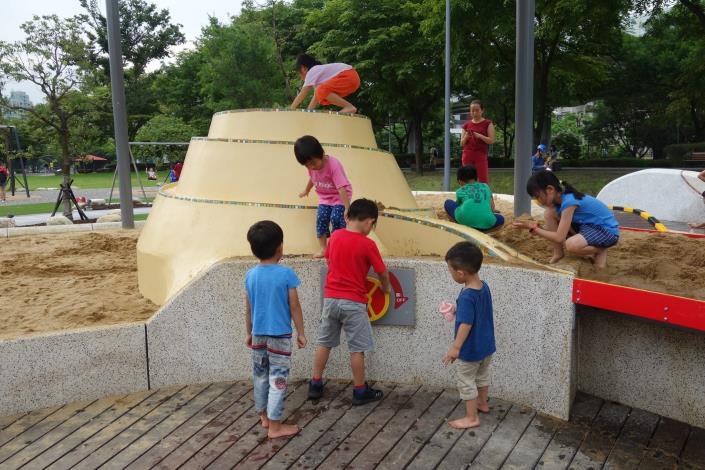 圖2.沙坑上聚集很多小孩一起打造他們的小世界[另開新視窗]