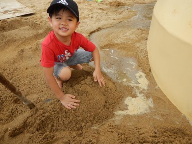 圖3.小朋友用水與沙築出小水道,享受挖掘的樂趣[另開新視窗]