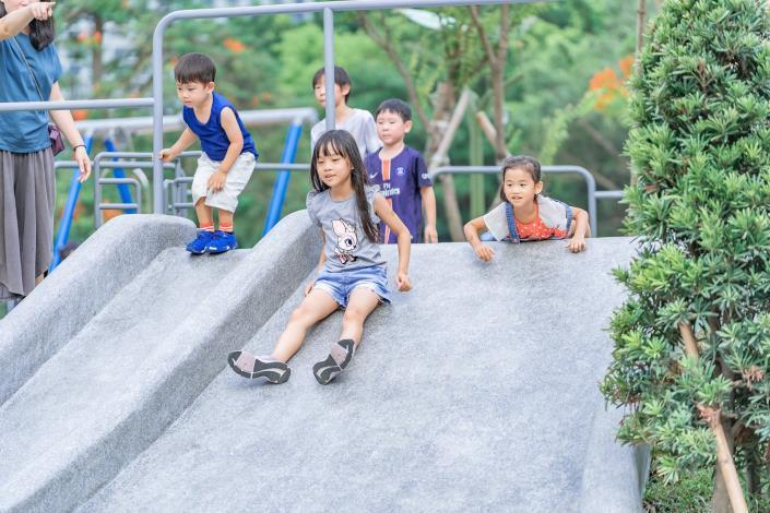 圖4. 大坡面溜滑梯可以促進小孩的前庭覺發展,讓動作協調能力更好。[另開新視窗]