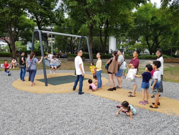 照片15. 鳥巢鞦韆可多個孩子共玩,細礫石鋪面提供安全防護也能提供孩子們遊戲