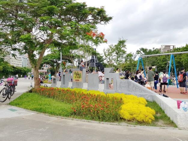 照片02.象徵華山貨運站歷史的火車頭造型入口主題牆