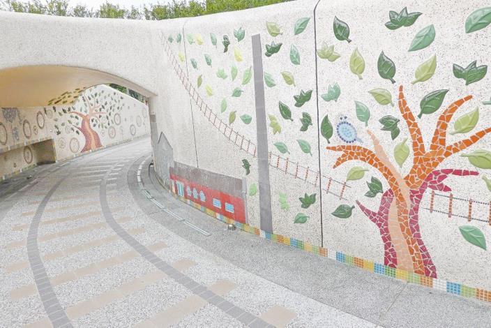 照片17. 充滿華山當地故事的火車隧道