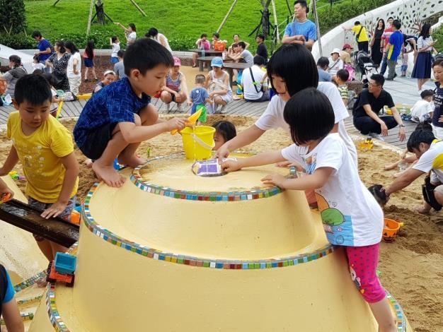 照片10. 小朋友在水沙世界軌道上遊戲產生自然社交互動