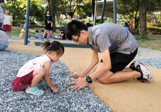 照片16. 細礫石的鋪面讓大小孩子有一起玩的機會