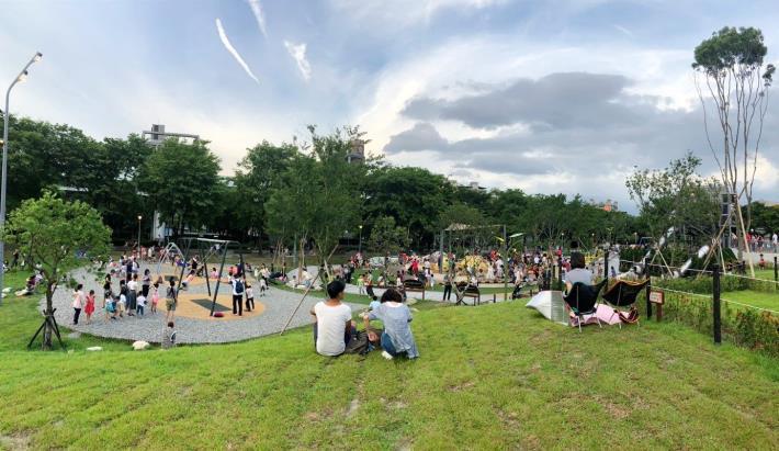 照片19. 坐在遊戲場的山坡上,看著人群遊戲,帶著一本書,找到自己怡然自在的地方,是遊戲場最美的一幅畫