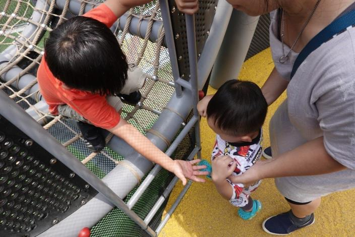 照片08. 遊戲場不難看見大孩子對小小孩伸出援手、互助合作的畫面