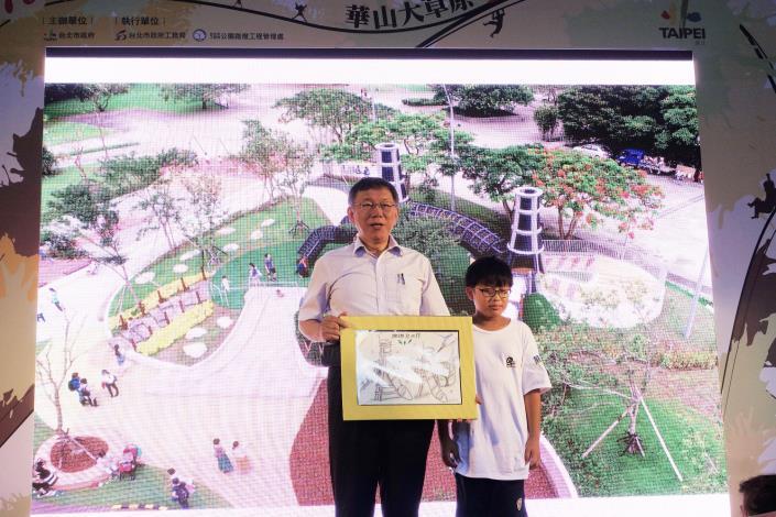 照片22. 華山大草原童樂會-小朋友感恩的心致贈畫作