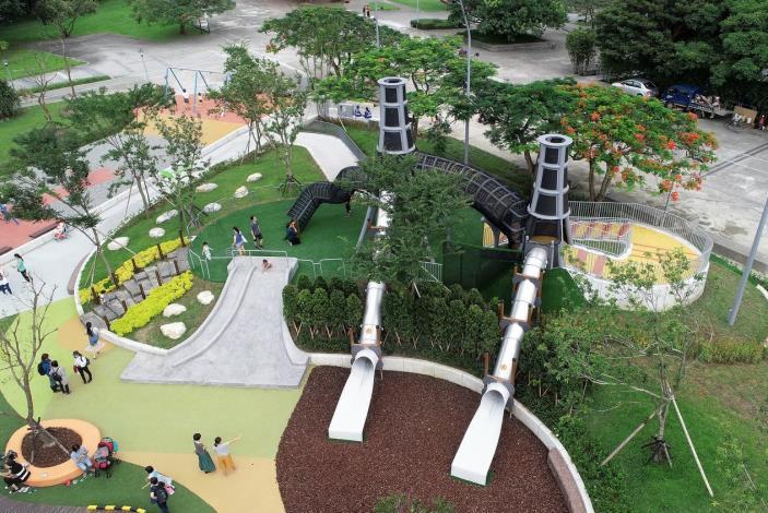 照片04.具有景觀設計的共融遊戲場將大喬木、綠色植栽延伸到遊戲場內部.JPG