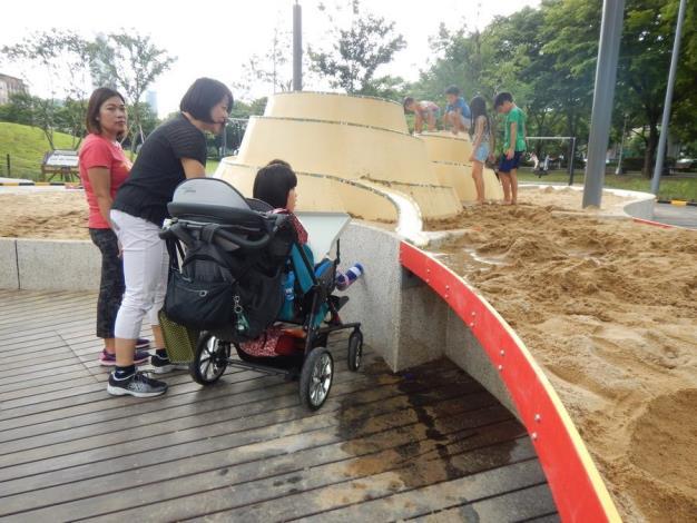 照片11. 水沙世界的輪椅專用沙桌提供身障小朋友與其他小朋友同高度的玩沙、玩水