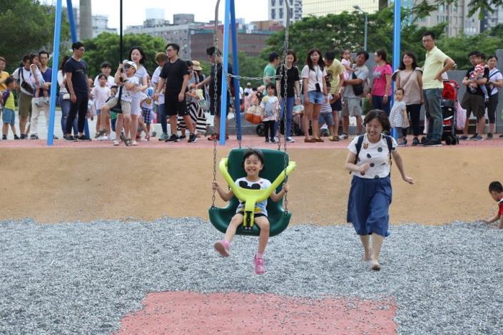 照片14. 座椅式滑索讓小朋友感受慢速溜滑效果也提供親子同樂.JPG