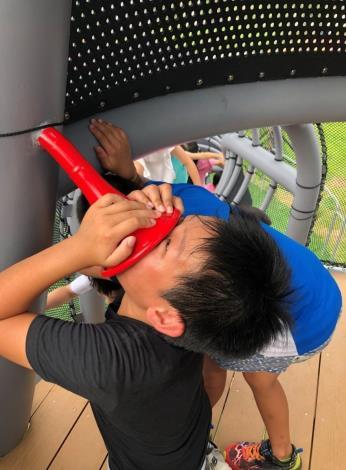 照片06.煙囪遊戲塔上面有傳聲筒可以和下面等待的孩子對話,孩子們樂此不疲