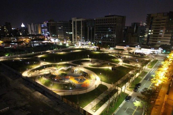 照片05:大港墘公園-夜間燈光照明,時尚綠洲不打烊,夜拍好漾!
