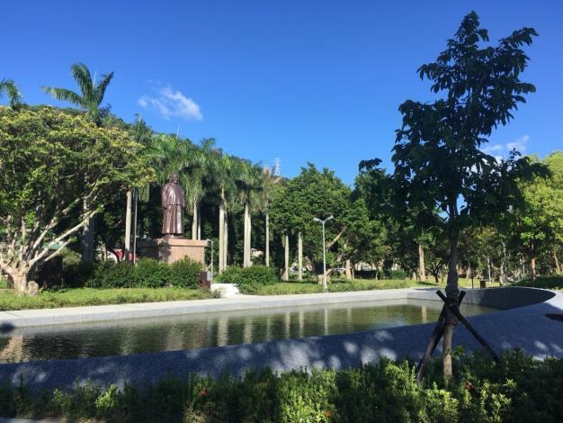 照片06:至善公園-吳敬恆銅像前水池經整修,蓊鬱蒼翠的環境中,享受城市的慢悠活