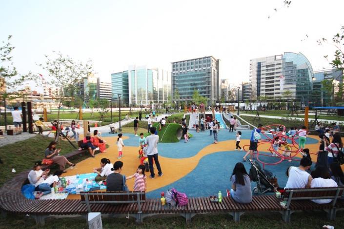 照片03:大港墘公園-全齡使用的共融遊戲場供親子同樂