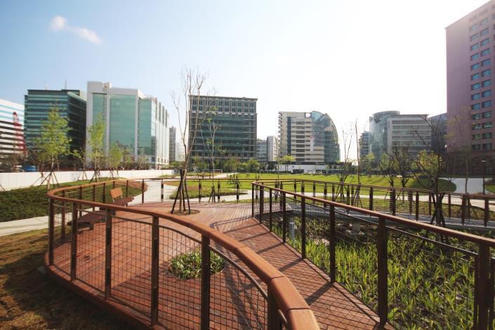 照片02:大港墘公園-雨水花園,生態窪地及適當植栽的種植,可過濾雨水,降低區域環境負荷