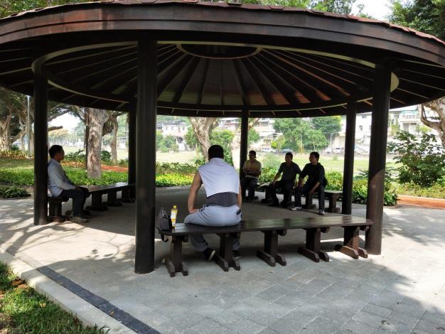 照片11:至善公園-涼亭更新,三五好友相招來開講。