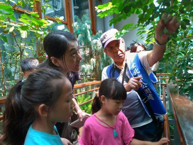 圖3.活動當天有安排志工老師進行植物解說(莊淳青拍攝)