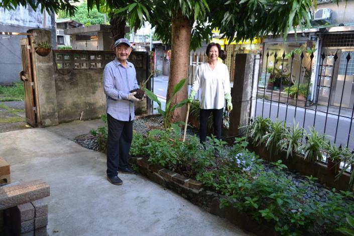 圖8.巧遇過去中央社主任,夫妻退休後一起打理庭園.JPG