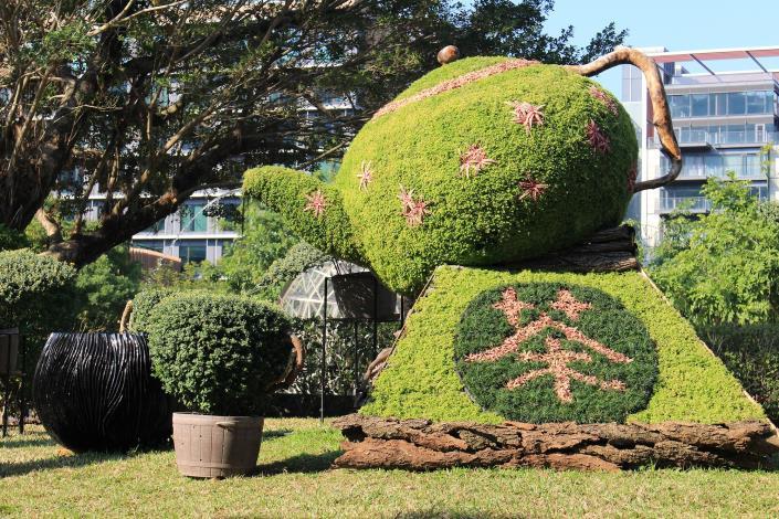 圖5.以高3.4米的茶壺綠雕傳遞中國茶文化「爺爺泡的茶」.JPG