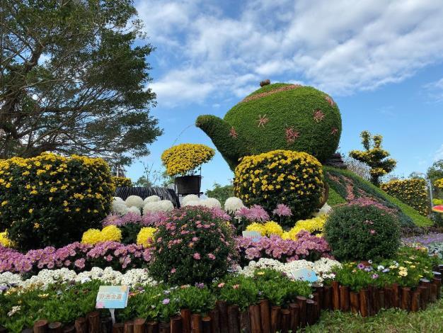 圖2.手工打造高3.4米的茶壺綠雕佐以茶杯造型菊,邀您細細品味「爺爺泡的茶」的歌曲意境