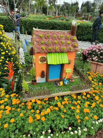 圖10  這棟小屋的屋瓦是不是很特別?這是塑膠花盆的盆底喔