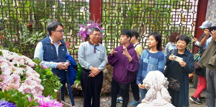 圖1.何智文先生解說著「菊來傳情-愛的禮讚」設計理念(照片出自錫瑠環境綠化基金會)