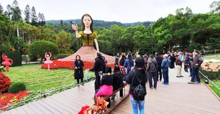 圖2. 高約8公尺的美聲公主綠雕是菊展首次嘗試佈展的大型綠雕