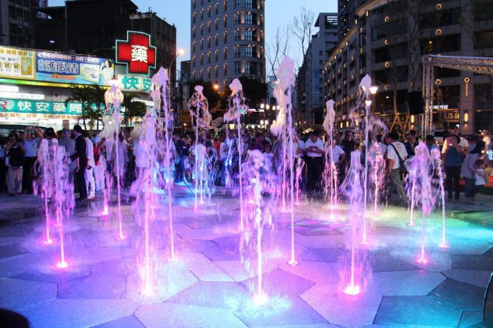 (圖3) 建成圓環地景噴泉夜間燈光景象引人注目