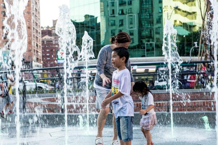 (圖5)中央乾式噴泉,讓民眾能夠帶著小朋友來玩水