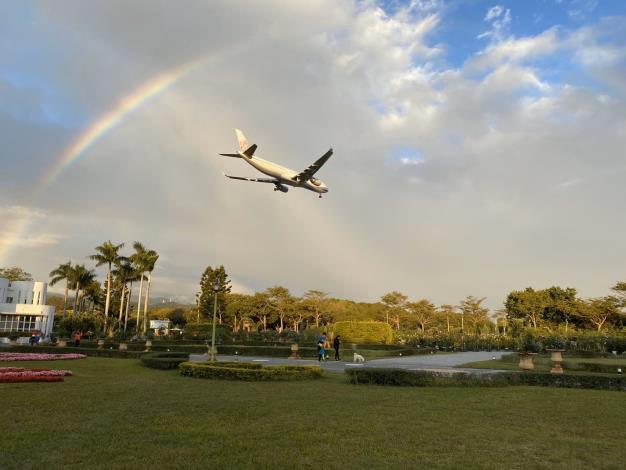 圖1. 飛機飛向彩紅的畫面,這可是新生公園限定美景唷。
