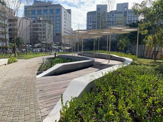 圖2. 整體鋪面、設施運用自然弧線呈現都市活力。