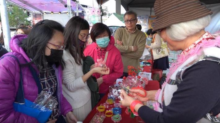 夢想社區於樂活公園教導燈籠製作