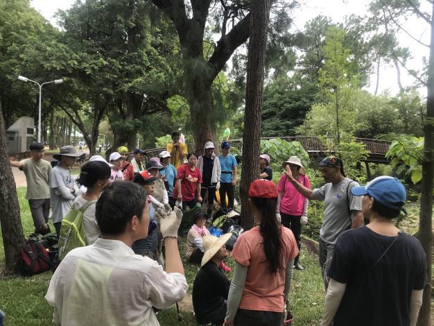 圖1.第一期志工進行棲地維護課程