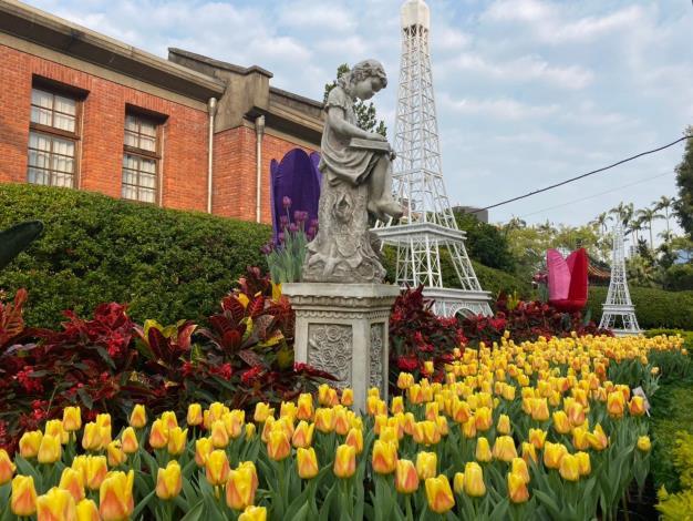 圖1.鬱金香與巴黎鐵塔組合別有一番風情