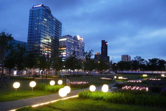 圖7.夜晚燈光為廣場增添幾分吸引力