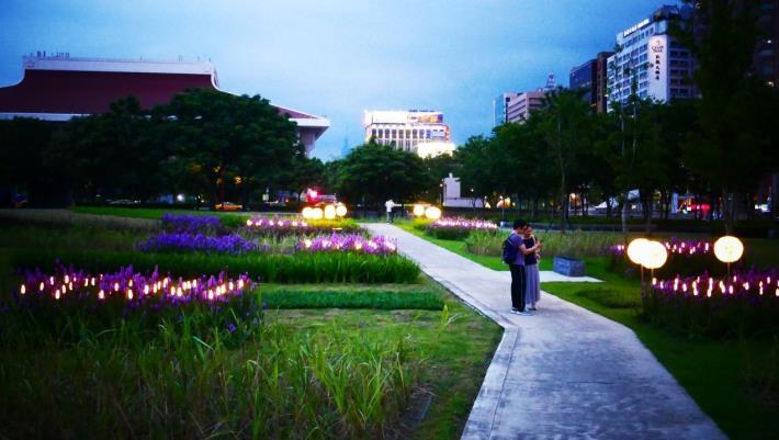 圖6.夜晚造型燈光吸引民眾駐足拍照