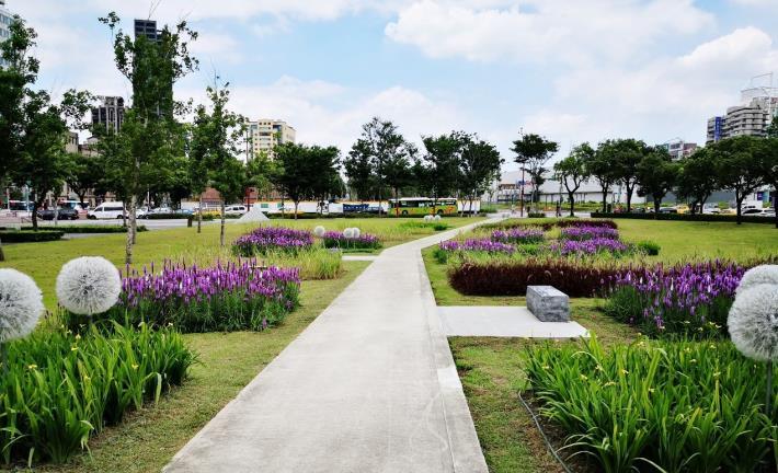 圖4.步道兩旁繽紛的植栽為綠地增添色彩