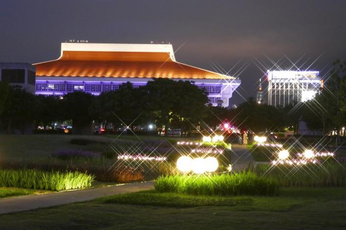 圖8.閃耀的燈光妝點夜晚的廣場