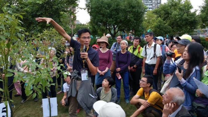 圖二、去年啄木鳥活動由大安森林公園之友基金會陳鴻楷副執行長帶領學員們了解防颱修