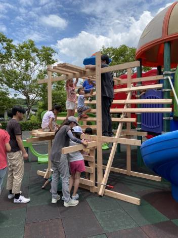 湖山六號公園場次,孩童在自己及家長、老師旁邊協助下,打造出跟週遭組合遊具差不多高攀爬設施