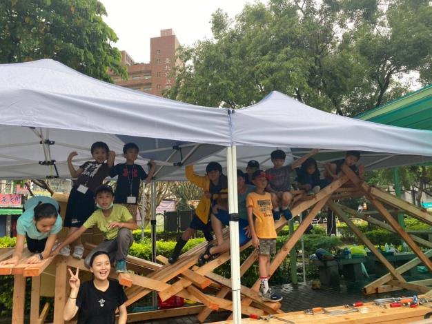 知行公園場次孩童在遮雨棚中打造屬於自己的關渡大橋造型滑梯
