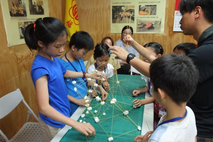 連雲、齊東公園場次孩童藉由黏土、細棒練習如何組成空間結構.JPG
