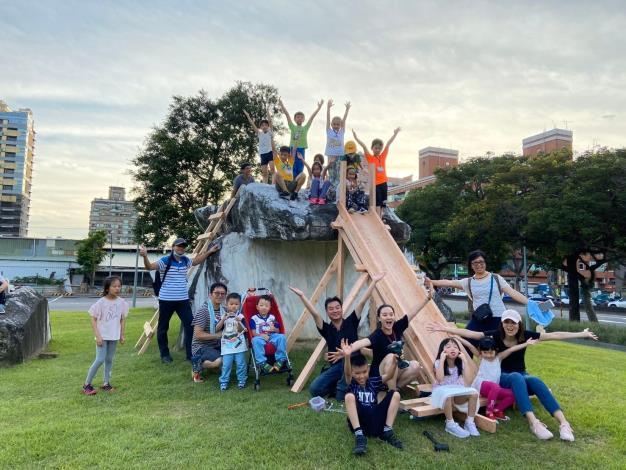 福林公園場次,孩童利用現場大石頭組成一組相當好玩滑梯