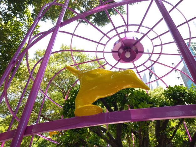 (圖2) 「鳥籠外的花園」並被多本雜誌評論譽為「不可能空間的再造」