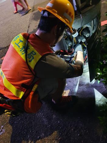 夜間維修路燈設施