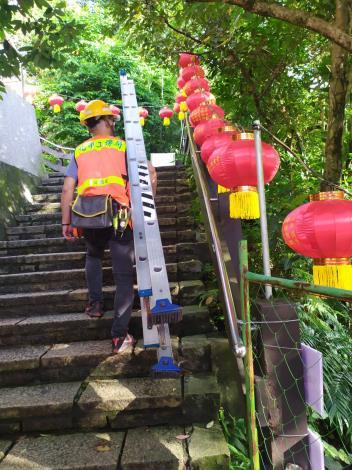 扛梯進入登山步道