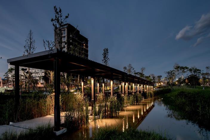 照片1-新新公園水上鐵路意象長廊夜景