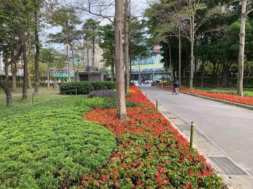 圖1.公園2號入口區以各色植栽及草花曲線交疊延伸,形塑迎賓大道的感受