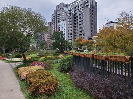 圖3.捷運2號出口區結合多樣色彩、質感的開花及香草植物,打造四季如春的「英式庭園」